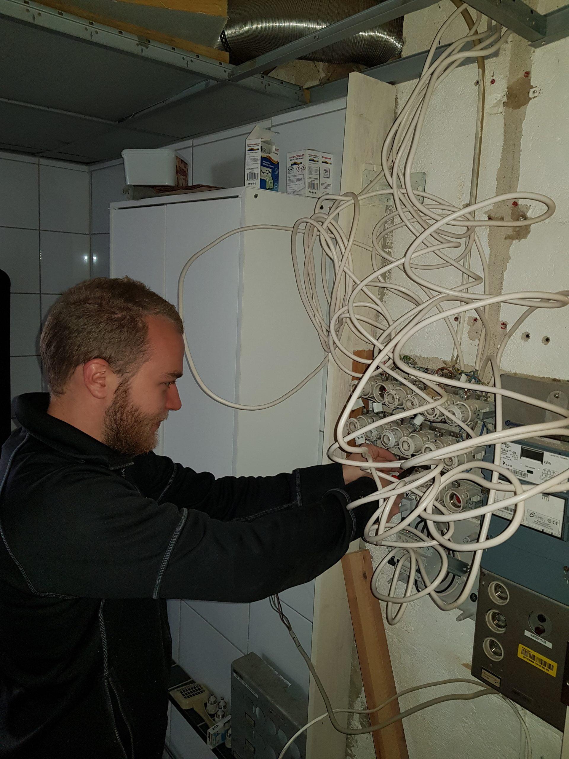Elmontör demonterar gammal elcentral.